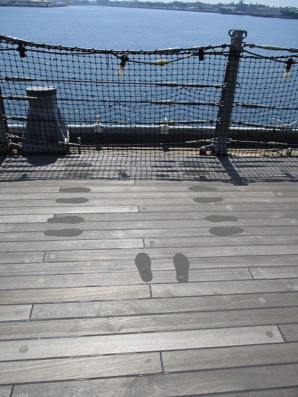 2_戦艦ミズリ-号甲板に残る神風特攻隊員遺体水葬会葬者の足跡600x800
