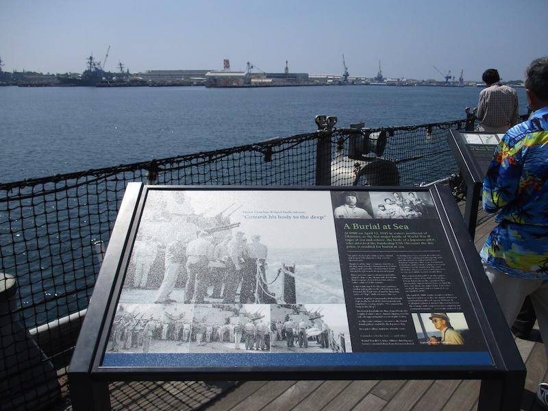 4_水葬するミズリー号乗組員と海軍葬を命じたウィリアム・キャラハン艦長と神風特攻隊員と家族800x600