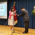 写真2_戸川宏一ソフィア会会長から表彰状を受け取る須磨美由紀さん