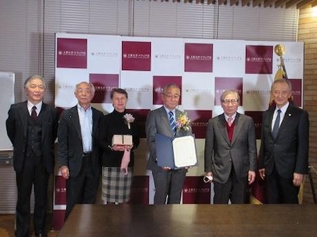 江副隆秀さん夫妻を囲んでの受賞記念写真